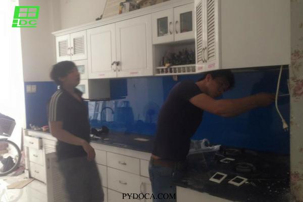 Kính ốp bếp màu xanh nước biển