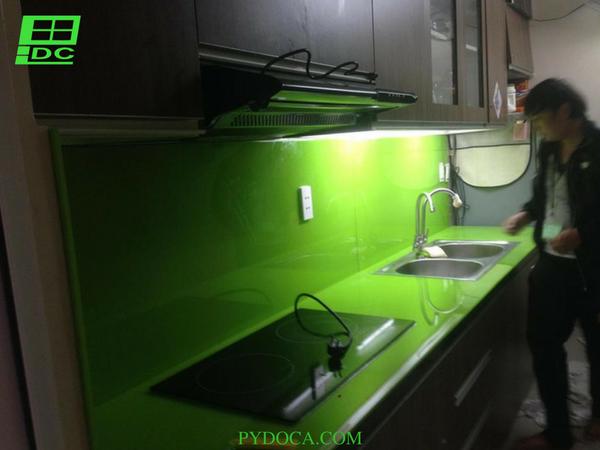 Kính màu ốp bếp tại Tân Phú