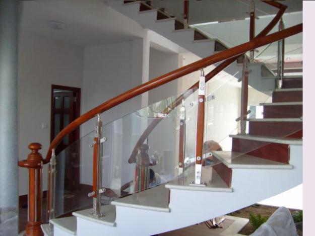 Cầu thang kính có nhiều ưu điểm nổi trội phù hợp với ngôi nhà bạn