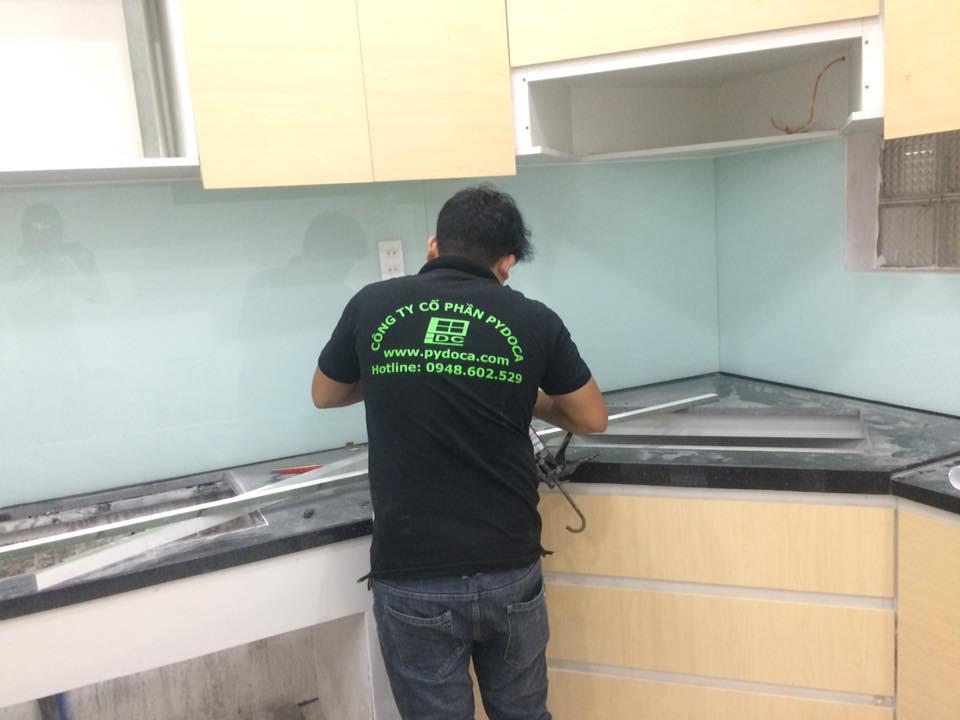 Lắp kính ốp bếp