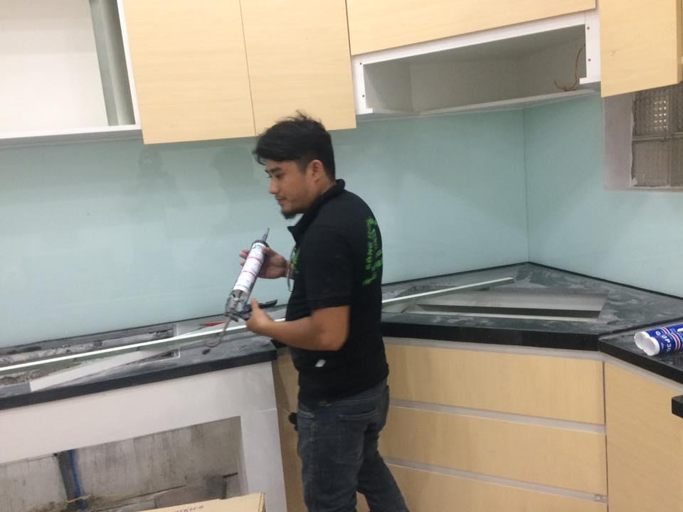 Kính ốp bếp đã được dán keo