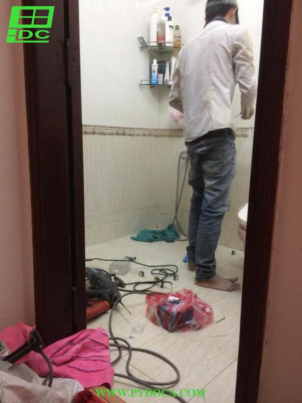 Kỹ thuật viên lắp phòng tắm kính