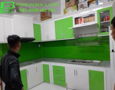 Kính màu ốp tường bếp lắp hoàn thiện